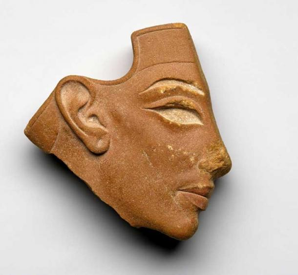 Discovered at Tell el-Amarna, this inlay profile head of red quartzite represents Nefertiti. The lips are painted red in this exquisite artefact, providing further proof that this is an Amarna Period woman. Brooklyn Museum, New York.