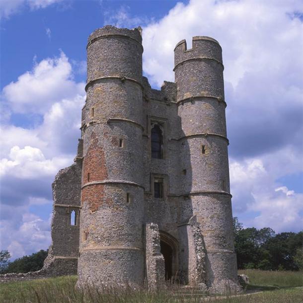 Distinctive gatehouse of Donnington Castle, England (nickos / Adobe Stock)