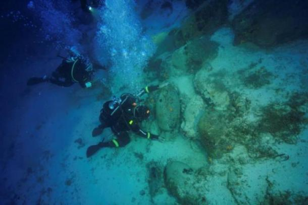 Diver and technical director Markos Garras, 50, inspects an amphora at a shipwreck site on the island of Fournoi, Greece, September 19, 2018. Picture taken September 19, 2018. Image: Vassilis Mentogiannis/Hellenic Ephorate of Underwater Antiquities