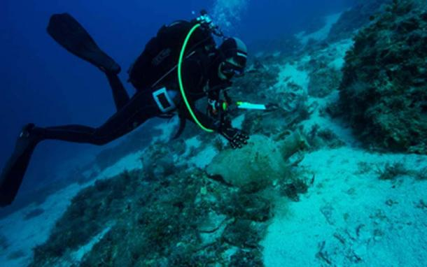 Diver recording the discovery of ancient amphora lying atop the seabed of the Aegean Sea. (Hellenic Ministry of Culture and Sports)