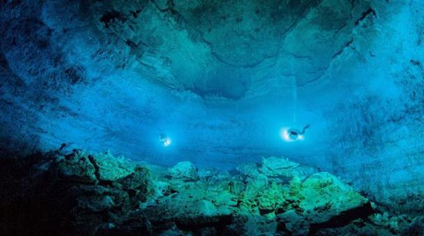 Divers in the expansive underwater cave of Hoyo Negro, Tulum, Quintana Roo. (SAS. INAH)
