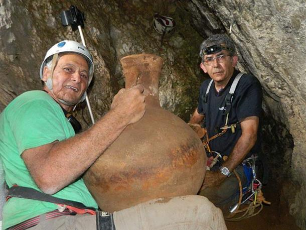 Dr Danny Syon (right) and Dr Yinon Shivtiel in the cave. Image: Omri Gaster / Israel Antiquities Authority