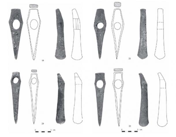 Drawings of hammer-axe heads found in the copper hoard in Bulgaria. (D. Chernakov)