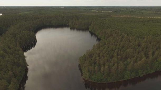Drone photo over Kammarlahti. The raft anchored in the research area. Image: Jesse Jokinen/Museovirasto.