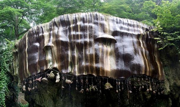 Спадальна криниця, що примикає до печери старої матері Шиптон на південно-західному березі річки Нідд у місті Кнаресборо.