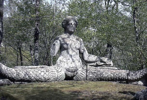 Ехидна. Скульптура Пирро Лигорио 1555, Парко дей Мостри (Парк Монстра), Лацио, Италия.