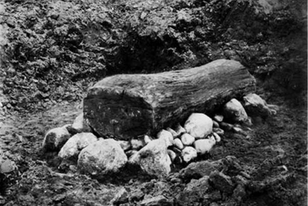 The Egtved Girl's coffin during excavations in 1921.