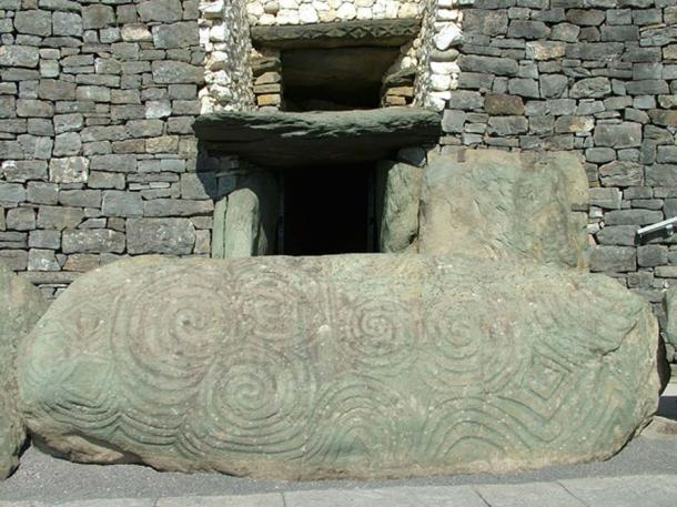 Entrance and roofbox at Newgrange. (Clemensfranz/CC BY 2.5)
