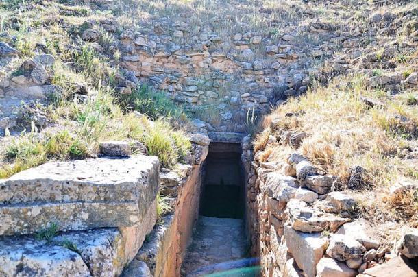 Entrance to one of the jedars (CC BY-SA 4.0)