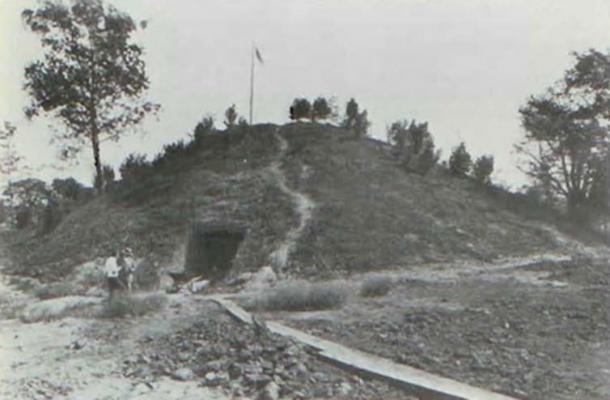 Entrance to the Spearhead Mound looking East. (James L. Murphy)