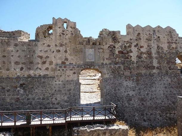 Entrance to the castle ruins near Antimachia on Kos island. (Greece) (JD554/CC BY SA 3.0)