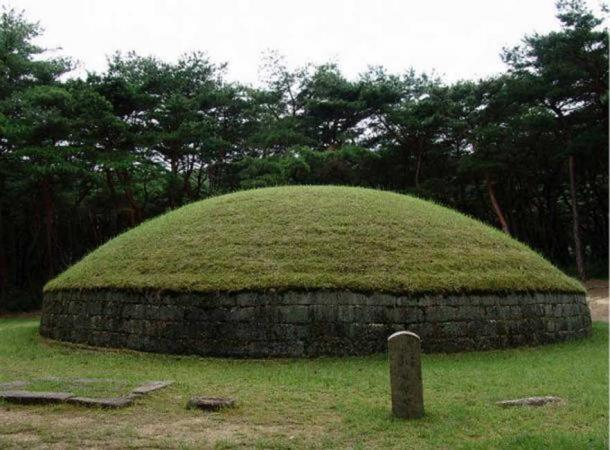 Example of a Silla tomb – the Royal tomb of King Heongang located in Gyeongju, North Gyeongsang, South Korea.