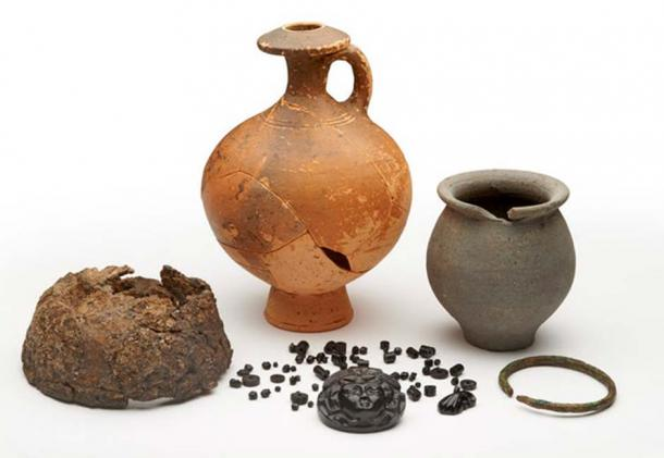 Examples of Roman grave goods. © Museum of London