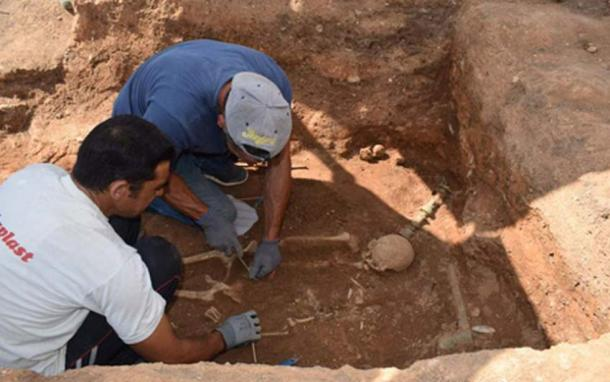 Excavating the Hellenistic woman's grave. (ekathimerini.com)