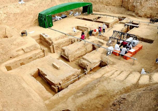 Excavating the tomb. (Korrieri)