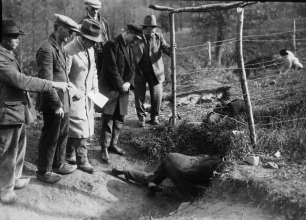 Excavation at Glozel. 1920s.
