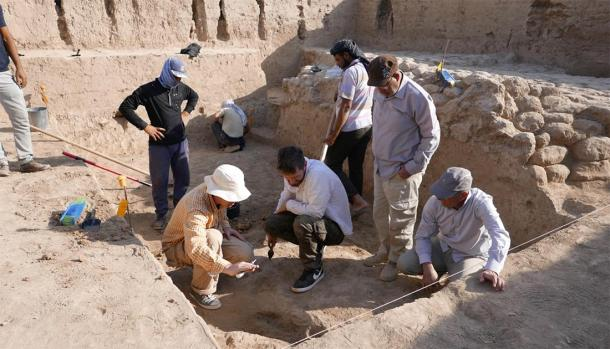 Excavation training at the war god's temple site. (Tello-Girsu Project, Iraq Scheme, The British Museum)