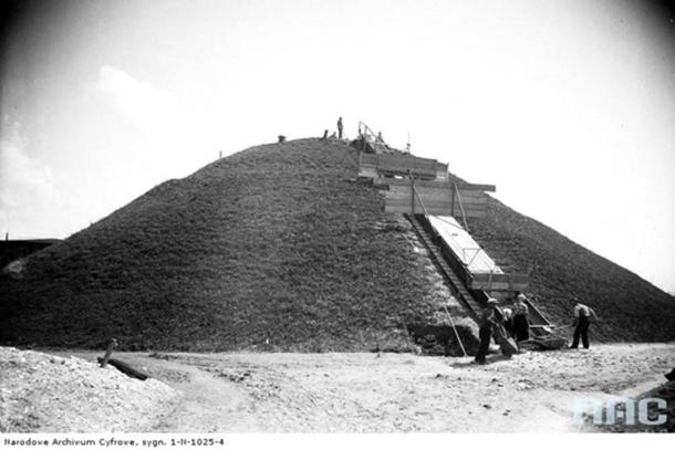 Excavations of the Krakow mound in 1933.