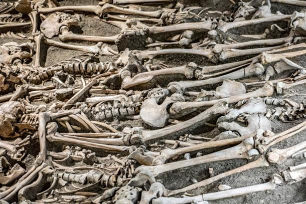 Exhumed bodies – the bones are cleaned and left to bleach under the sun. (milkovasa / Adobe)