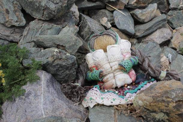 Figures representing a victim such as voodoo dolls are placed on the cursing stones. (Anton Belovodchenko / Adobe)