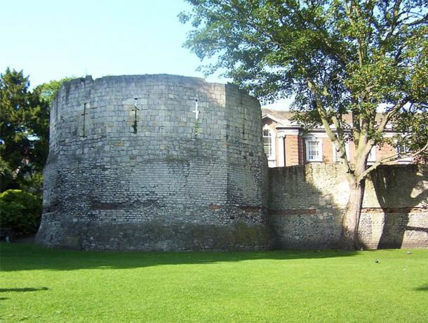 The Roman Fortifications showing wall and Multangular Tower in Museum Gardens York. (CC BY-SA 3.0)