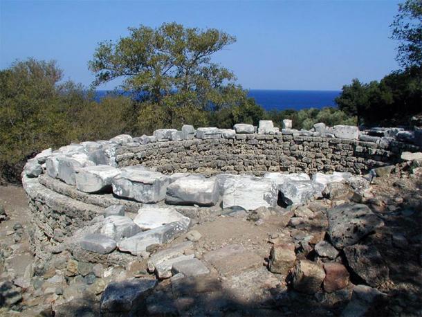 Foundation of the Arsinoé Rotunda and fragment of the dedication (Marsyas / CC BY-SA 3.0)