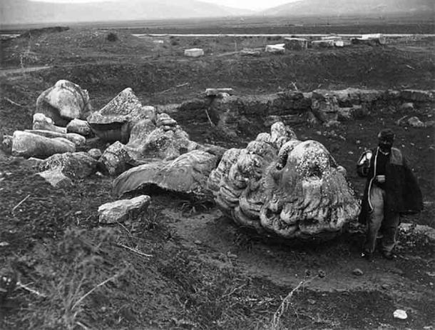 Фрагменты статуи льва были обнаружены в 1818 году Джорджем Ледуэллом Тейлором. Это привело к обнаружению братской могилы членов Священного отряда Фив, погибших в битве в 338 году до нашей эры.