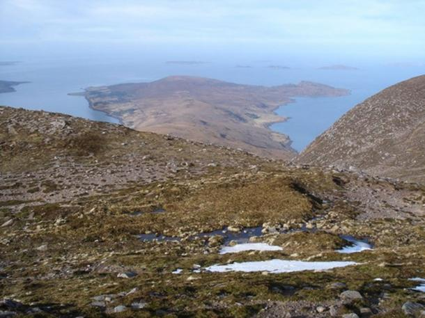 From Beinn Ghobhlach towards Cailleach Head Little Loch Broom to the left and Annat Bay to the right. The Minch straight ahead.( CC BY-SA 2.0).