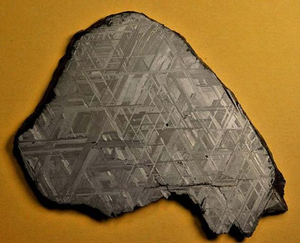 Full slice (across 9.6 cm) of the Muonionalusta meteorite, showing the Widmanstätten pattern.