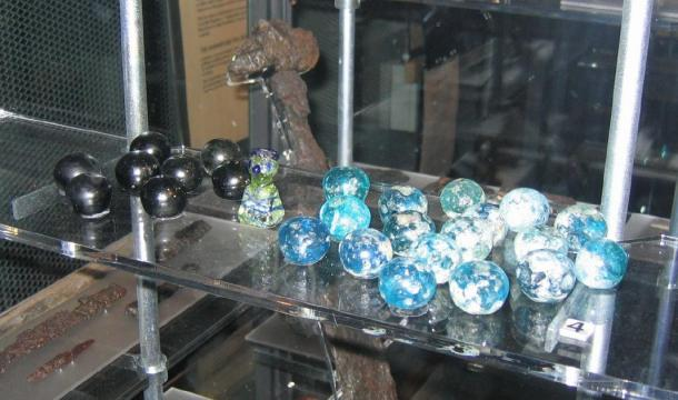 Game pieces, from the board game 'hnefatafl', similar to the glass artifact discovered in Lindisfarne. (Berig / CC BY-SA 4.0)