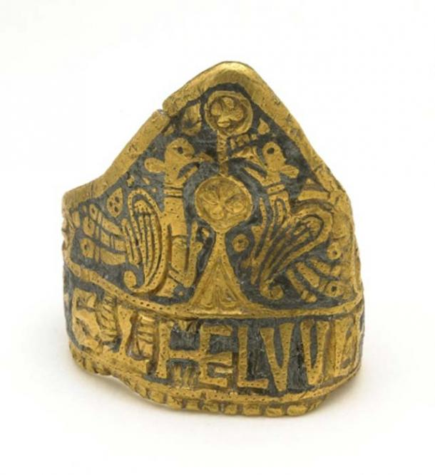 Gold finger-ring, the Æthelwulf ring, with bezel in form of a cocked-hat, with 2 birds and plant on nielloed ground. (CC BY NC SA 4.0)