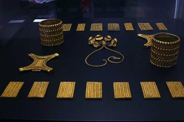 Gold pieces from the treasure hoard. (© José Luiz Bernardes Ribeiro / CC BY-SA 3.0)