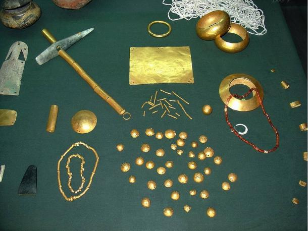 Golden objects found in the necropolis.