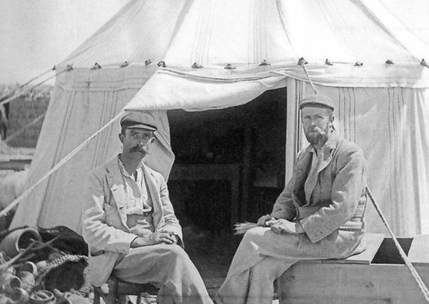 Grenfell (left) and Hunt (right) in about 1896.