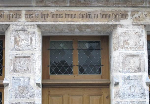 Ground floor facade and a detailed view of its inscription and door jambs of the Nicolas Flamel House. (Tangopaso / Public Domain)