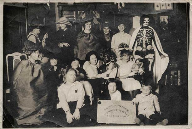 A Halloween party featuring a Ouija board. (simpleinsomnia/CC BY 2.0)