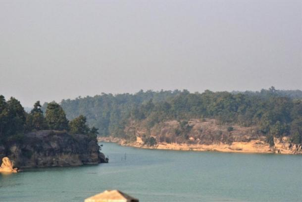 The Hasdeo river and the forest in the background (part of the Adivasi tribe's home), which is near to Adani's Parsa coal mine in Chhattisgarh, India. (Raj112887 / CC BY-SA)