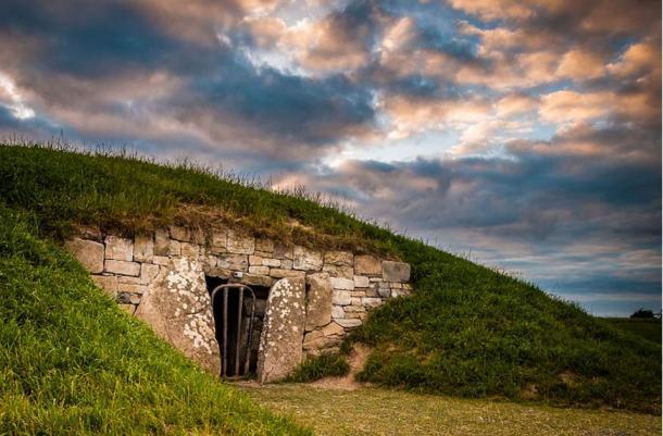 """Хълмът на Тара е археологически комплекс с много древни паметници, като например """"Могилата на заложниците"""", видяна по-горе.  По традиция Hill of Tara е известен като седалището на Високите крале на Ирландия."""