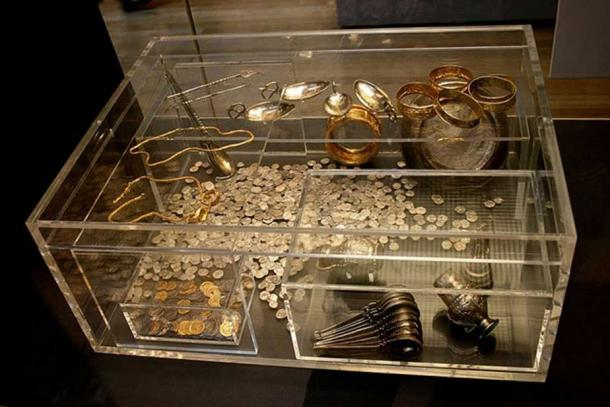 Hoxne Hoard: Display case at the British Museum showing a reconstruction of the arrangement of the hoard treasure when excavated in 1992. (Mike Peel/CC BY SA 4.0)
