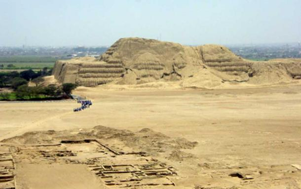 Huaca del Sol as seen from the southeast, with the Moche River delta beyond and city ruins in the foreground. (Gustavo M / CC BY-SA 2.0)
