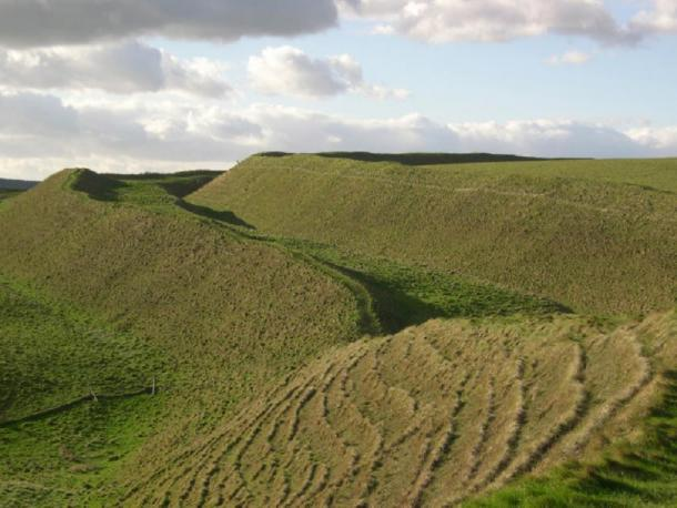 Huge ramparts at the Maiden Castle site. (Ray Beer CC BY-SA 2.0)