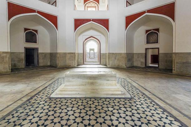 Humayun's cenotaph beneath the dome (travelview / Adobe Stock)