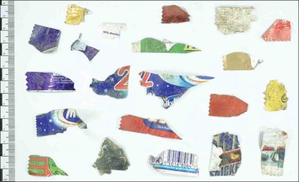 Exemples de petits fragments d'emballages sucrés récupérés de la rotonde Earthwatch à Castell Henllys.  (A. Fairley Antiquity / Antiquity Publications Ltd)