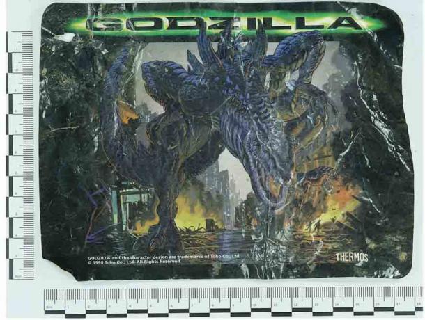 Un emballage thermos sur le thème de Godzilla a été trouvé dans la rotonde Earthwatch.  (A. Fairley / Antiquity Publications Ltd) Que ferait un futur archéologue de cette découverte?