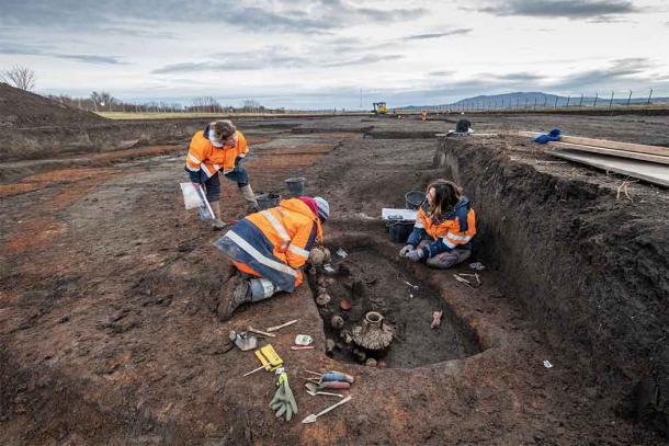 Archaeologists excavating the Roman baby burial. (Denis Gliksman / INRAP)