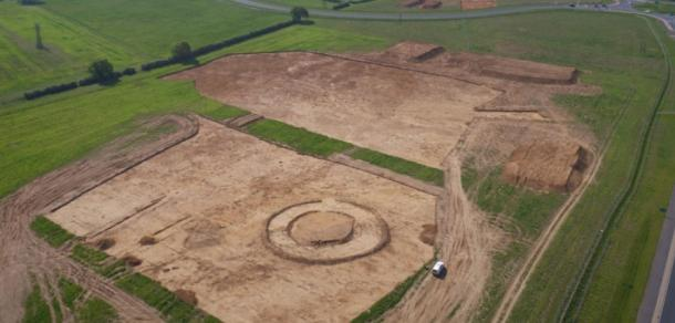 Excavations at the huge Anglo-Saxon complex uncovered at Overstone, Northamptonshire. (MOLA)