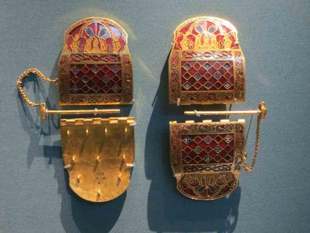 Two identical shoulder-clasps from the Sutton Hoo ship burial on display at the British Museum. (Jononmac46 / CC BY-SA 3.0)