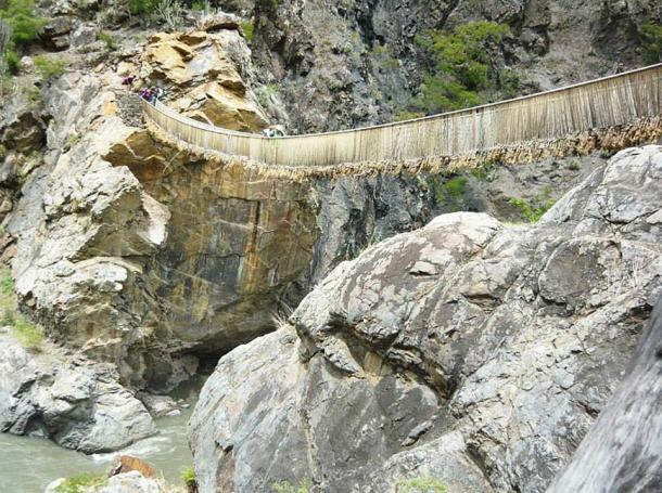 Inca bridge over the Yanamayo river in the Pukayaku sector.