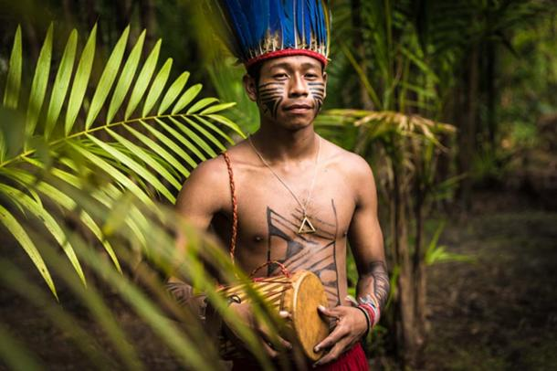 Indigenous man in the jungle of Brazil. (filipefrazao / Adobe)