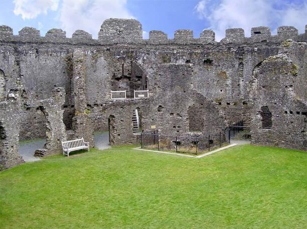 Interior of the ruin of Restormel Castle (Marcin Chodorowski / Adobe Stock)